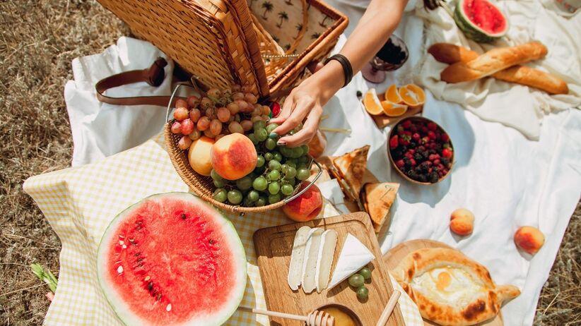 Co spakować do kosza piknikowego? Jedzenie i napoje