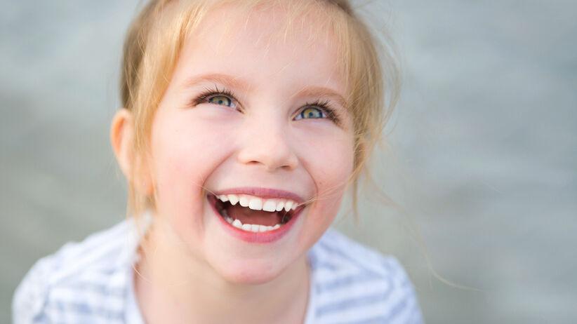 Uśmiechnięta dziewczynka (zespół Angelmana)