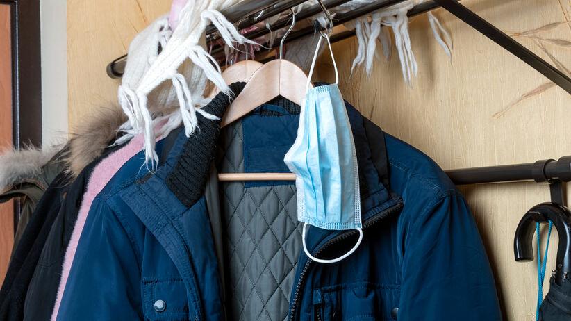 Czy wirus może przenieść się na ubraniach? Jak postąpić z paczką od kuriera?