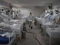 Chorzy na COVID-19 w szpitalu