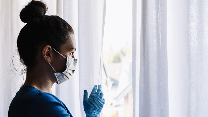 Koronawirus: ścierają się dwie koncepcje walki z pandemią.
