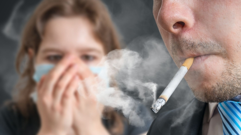 Koronawirus w dymie papierosowym