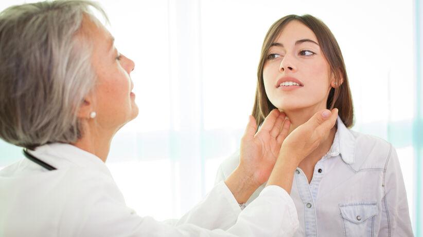 Niedoczynność tarczycy występuje, gdy narząd ten produkuje zbyt małą ilość hormonów