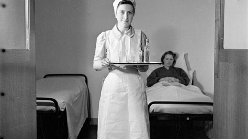 wikimedia.org Student nurse at hospital fot. Richard Stone