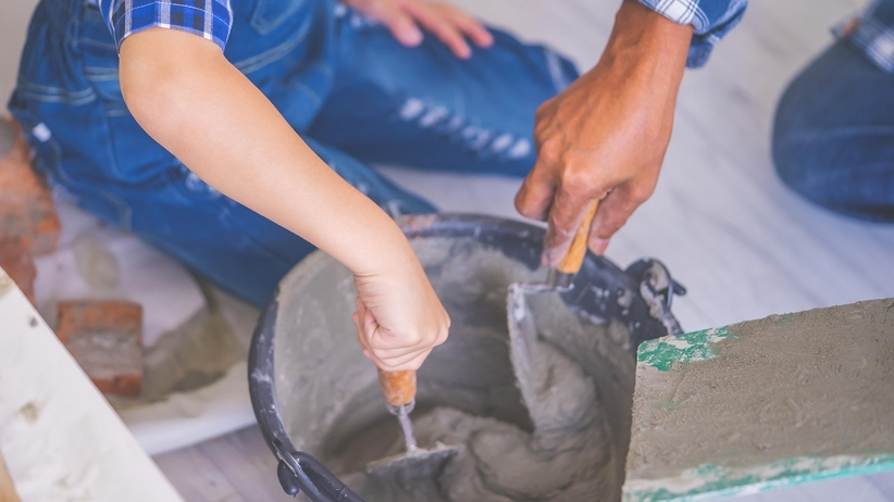 Mokry cement wywołał oparzenia skóry u dziecka