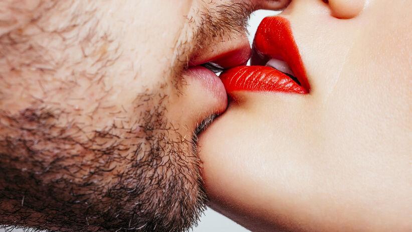 Całowanie się może prowadzić do zarażenia wirusem opryszczki