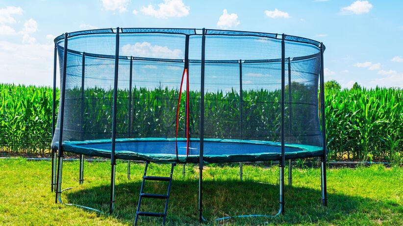 Niefortunny skok na trampolinie: sprężyna wbiła się dziecku w plecy
