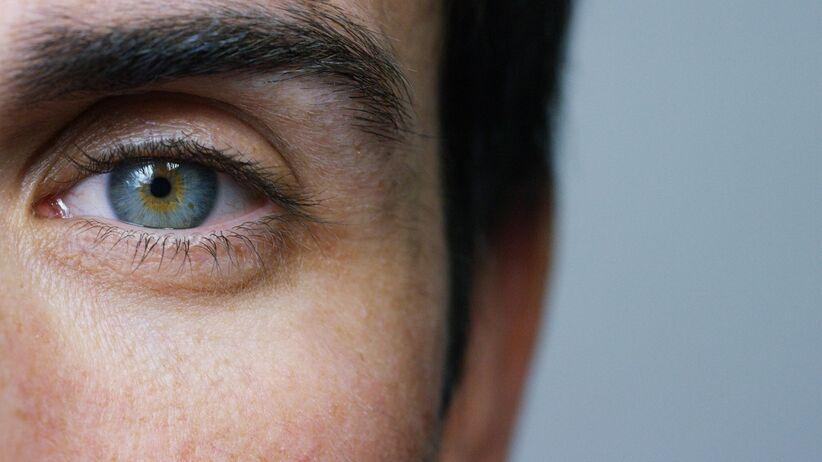 Podrażnienie oka przez kleszcza
