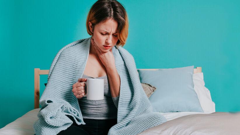 kobieta lecząca anginę w domu