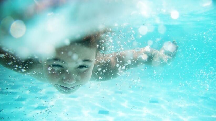Zatkane ucho po basenie