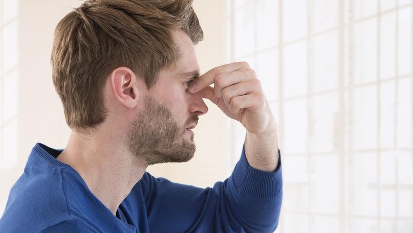 Zatkane zatoki przyprawiają o ból głowy. Jak je oczyścić?