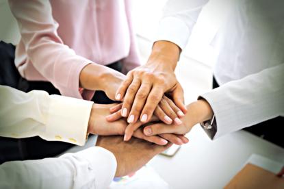 Trzymanie 3 bliskich osób za ręce może zmniejszyć odczuwanie bólu. Nowe odkrycie naukowe