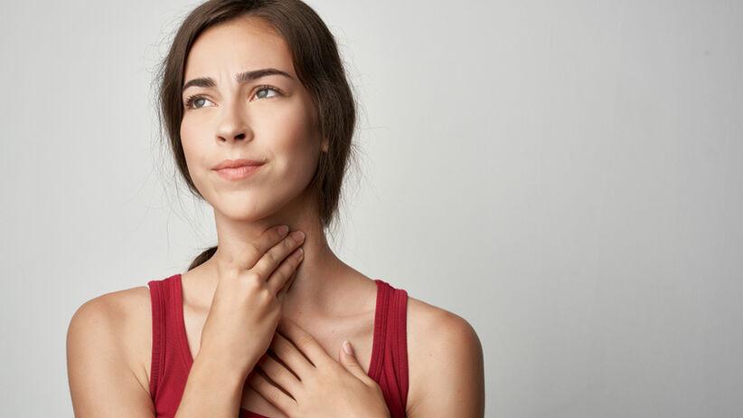 Rak przełyku to problemy z połykaniem, ból gardła i chrypka