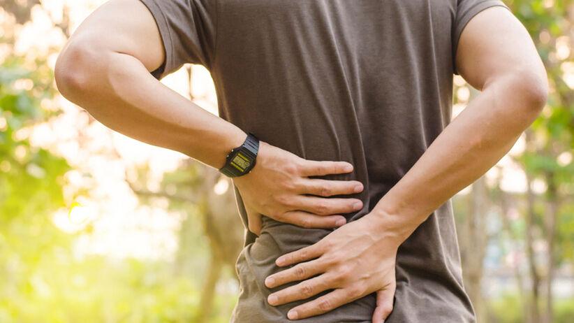 mężczyzna cierpiący na ból kręgosłupa lędźwiowego