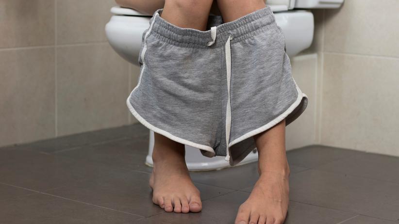 Na zaparcia może pomóc korzystanie z podnóżka