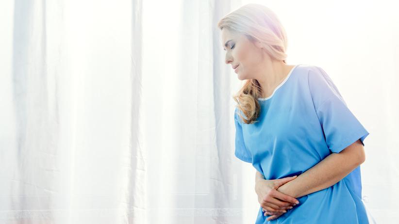 Objawem zapalenia otrzewnej jest silny ból brzucha i jego powiększenie