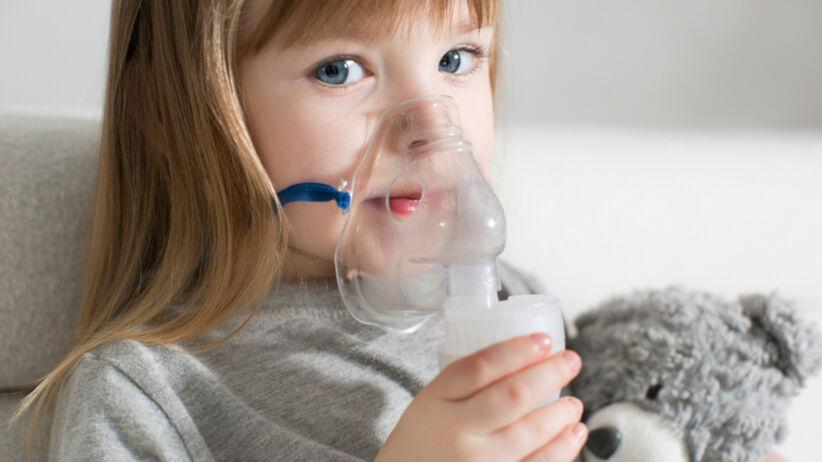 dziewczynka stosująca inhalator (nebulizator)
