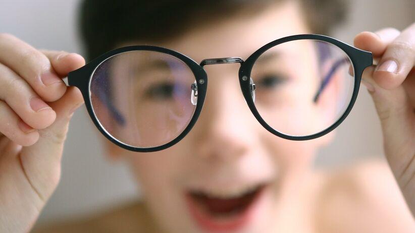 Krótkowzroczność u dzieci - dziecko w okularach