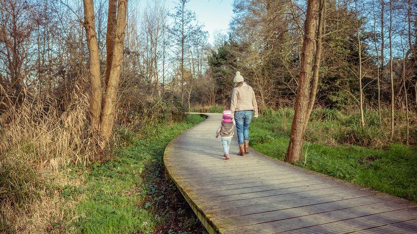 Mama z dziewczynką - spacer