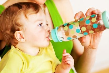 Soki owocowe mogą szkodzić dzieciom? Nowe zalecenia pediatrów z USA