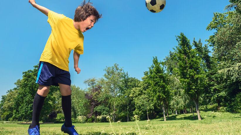 Dzieci nie powinny odbijać piłki głową