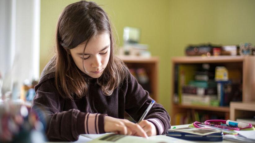 Z pracy do szkoły. Odrabianie lekcji z dzieckiem to trauma wielu rodziców