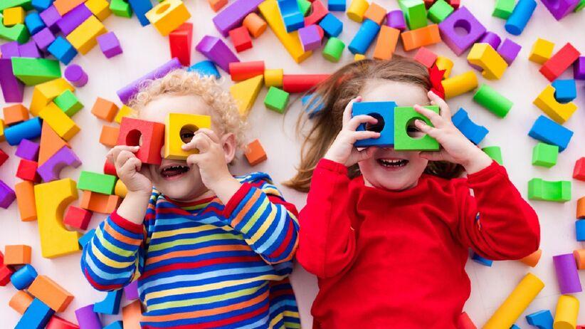 Dzieci bawią się zabawkami.
