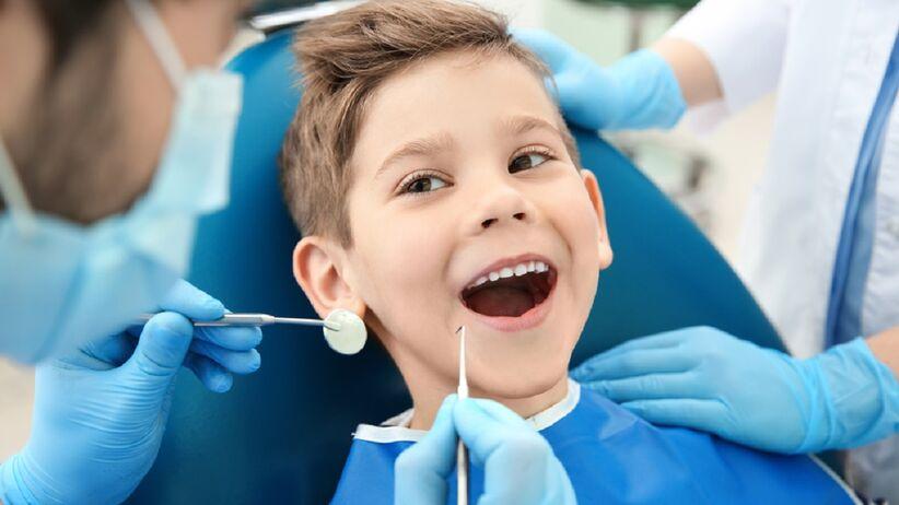 Mały chłopczyk jest na wizycie u stomatologa.