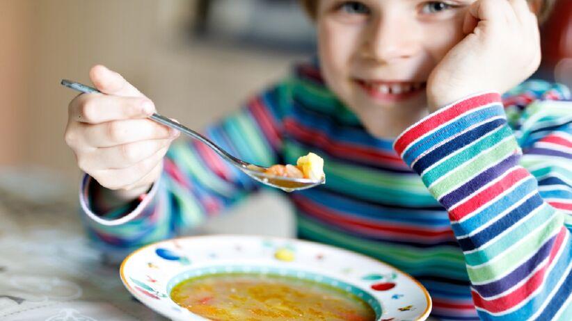 Chłopiec je zupę