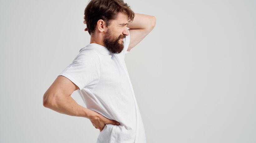 Mężczyzna odczuwający ból kręgosłupa