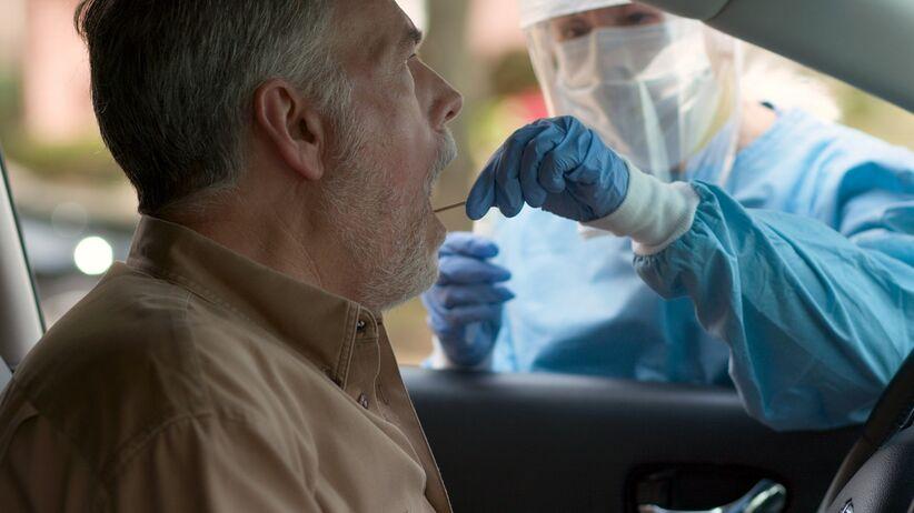 Mobilny punkt pobrań drive-thru - badanie na koronawirusa