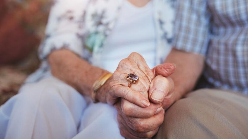 Para ściskająca się za ręce