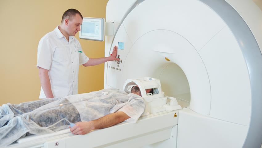 Rezonans magnetyczny pozwala zobaczyć wnętrze ciała. Na czym polega badanie?