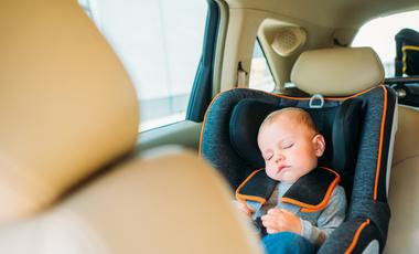 Co robić, gdy zobaczysz dziecko w rozgrzanym samochodzie?