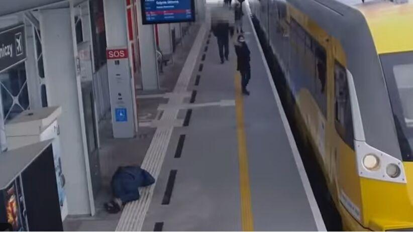 Mężczyzna nagle upada na stacji w Gdańsku. Zobacz, jak reagują inni