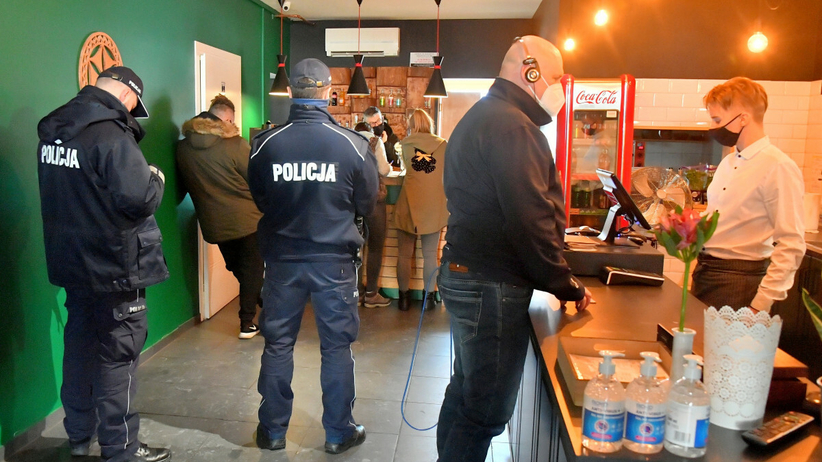 Kontrolerzy sanepidu z policją w jednym z otwartych lokali