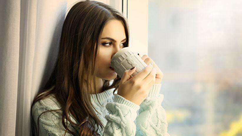 Kobieta pije z kubka