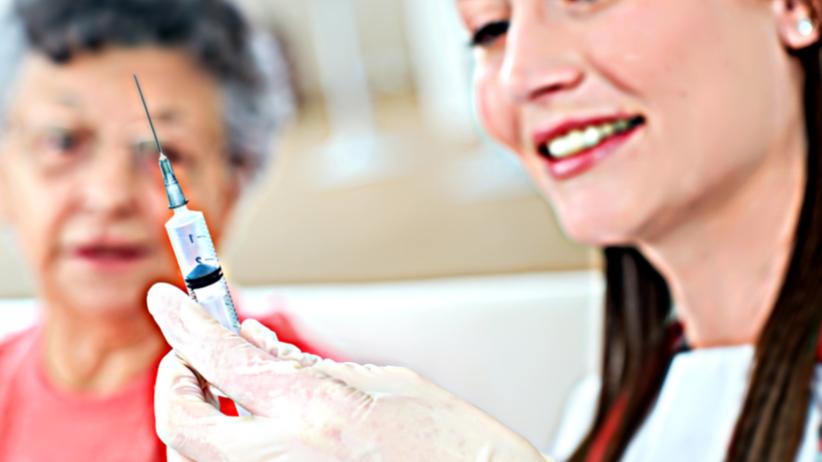 Seniorzy dostaną szczepionki przeciwko grypie za pół ceny! Kiedy?