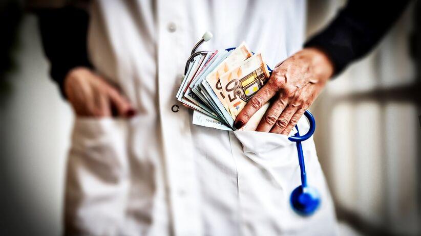 Ile naprawdę zarabia się w polskich szpitalach? Lista płac