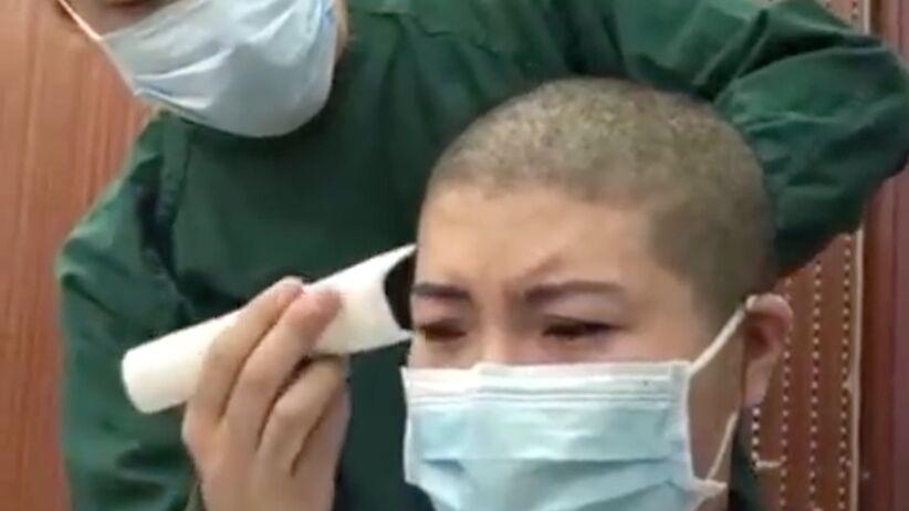 Pielęgniarki w Chinach mają przymusowo golone głowy [Szokujący film]