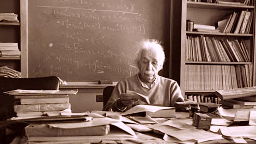 Biurko Alberta Einsteina, bałagan na biurku, twórczy umysł, bałaganiarze,