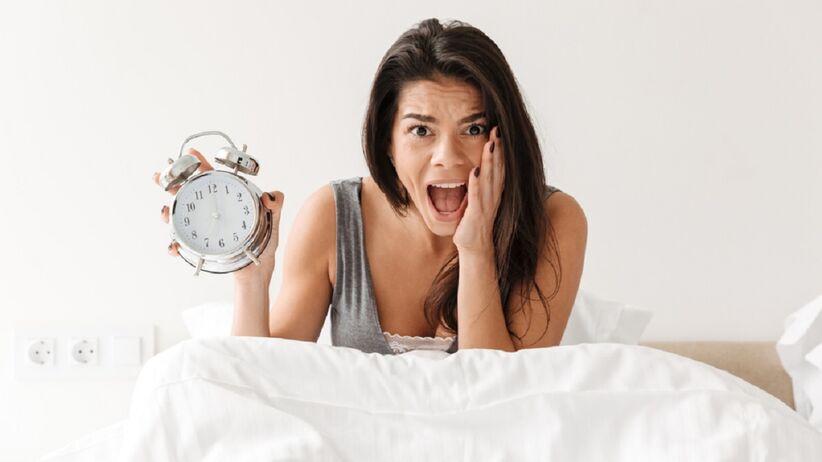 Kobieta patrzy na zegarek