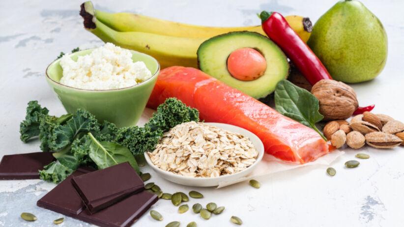 Produkty, które podnoszą poziom serotoniny w organizmie m.in.: banan, łosoś, awokado, orzechy, brokuły, czekolada