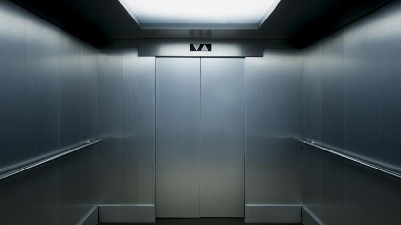 Klaustrofobia to lęk przed zamkniętymi pomieszczeniami. Jak ją leczyć?