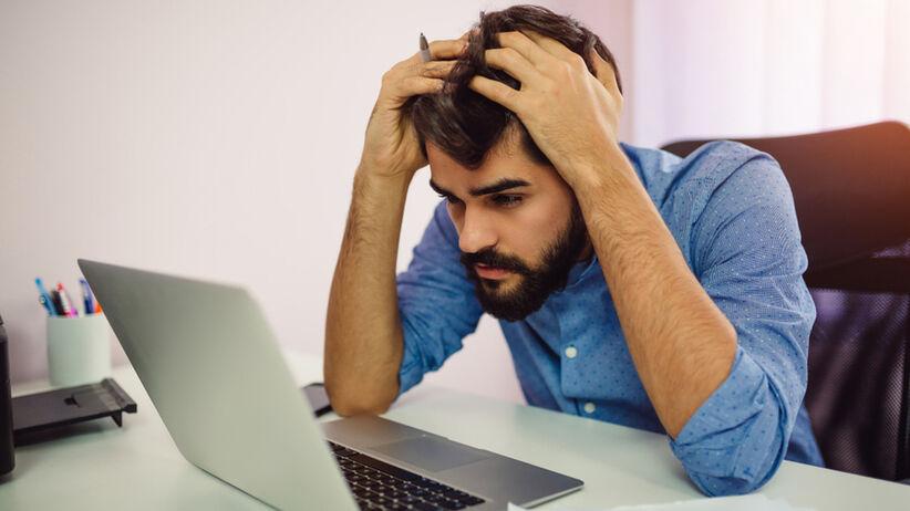 Mężczyzna stresuje się w pracy