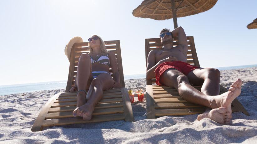 Alkohol pity w słońcu: jak działa na skórę?
