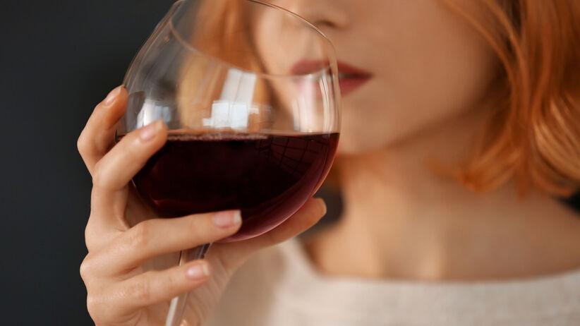 Czerwona twarz i picie alkoholu.