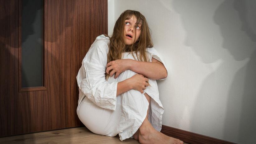 Przerażona kobieta cierpiąca na omamy