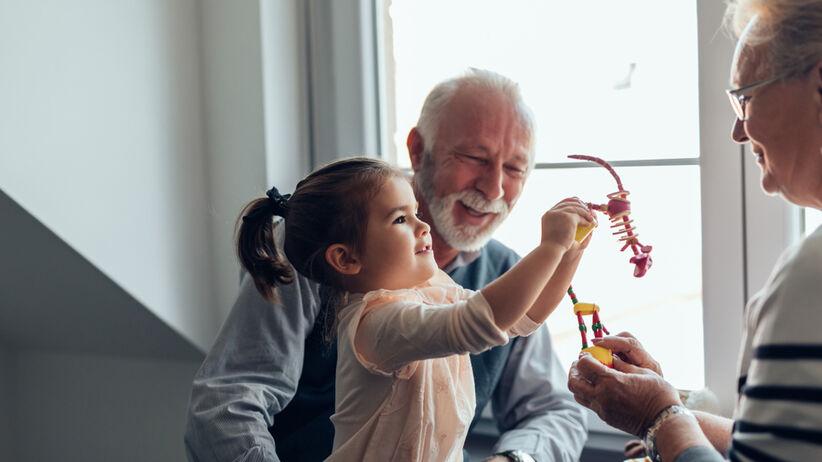 Dziadkowie a wnuki: jak powinna wyglądać opieka?