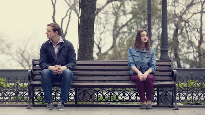 samotna para na ławce